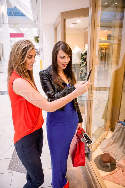 Zwei Frauen Aufnahme Foto Kleid Schaufensterauslage Mall Stock foto © wavebreak_media