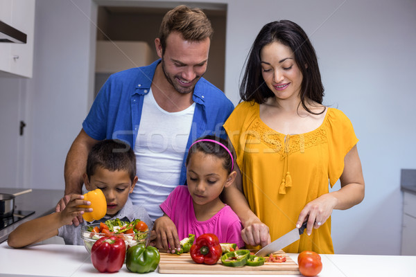 Famiglia felice cucina verdura home felice Foto d'archivio © wavebreak_media