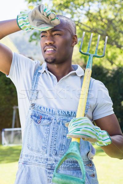 Giovane posa rastrello giardino nero maschio Foto d'archivio © wavebreak_media