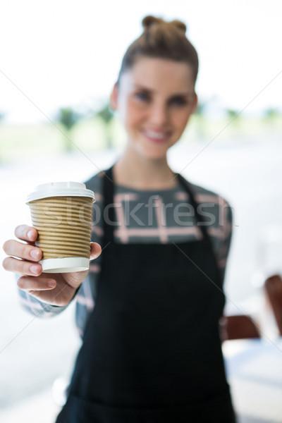 Portret glimlachend serveerster aanbieden koffie restaurant Stockfoto © wavebreak_media