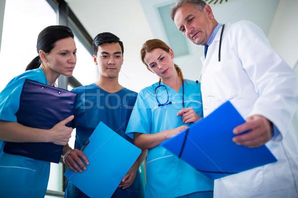 Lekarza sprawozdanie korytarz szpitala Zdjęcia stock © wavebreak_media