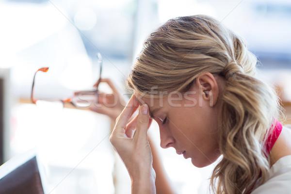 Garçonete sessão mão testa negócio mulher Foto stock © wavebreak_media