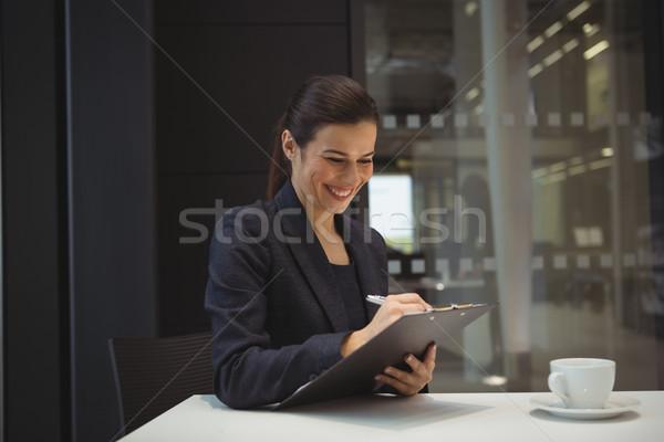 счастливым деловая женщина Дать буфер обмена служба женщину Сток-фото © wavebreak_media