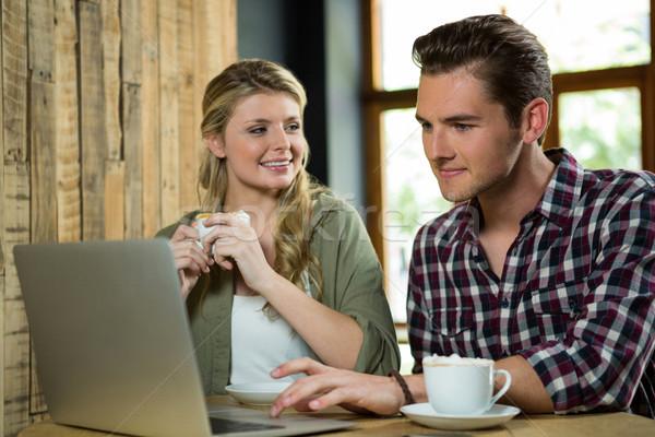 женщину глядя человека используя ноутбук кофейня компьютер Сток-фото © wavebreak_media