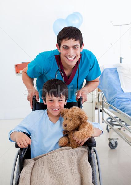 Foto stock: Retrato · pequeno · menino · sessão · cadeira · de · rodas · médico