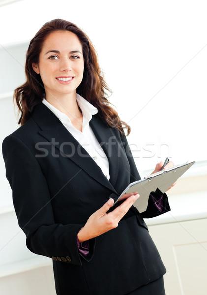Jeunes femme d'affaires prendre des notes presse-papiers blanche Photo stock © wavebreak_media