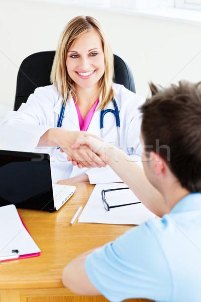Foto stock: Amigável · feminino · médico · aperto · de · mãos · paciente · sessão