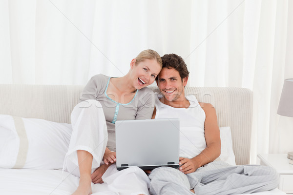 Godny podziwu para patrząc laptop bed domu Zdjęcia stock © wavebreak_media