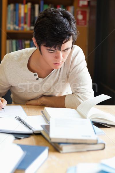 Retrato grave estudiante escrito ensayo biblioteca Foto stock © wavebreak_media
