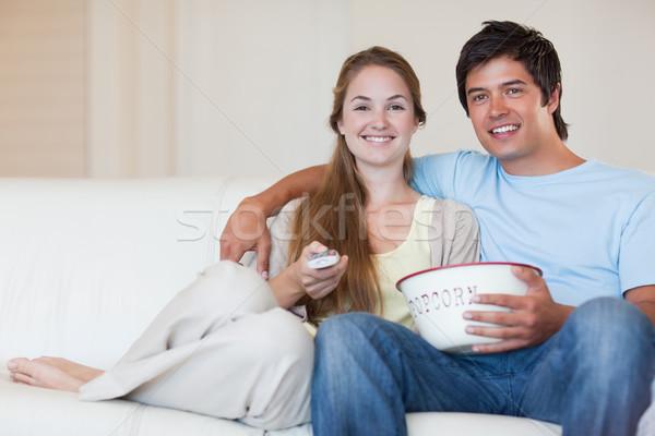 Смотря телевизор еды попкорн гостиной телевидение Сток-фото © wavebreak_media