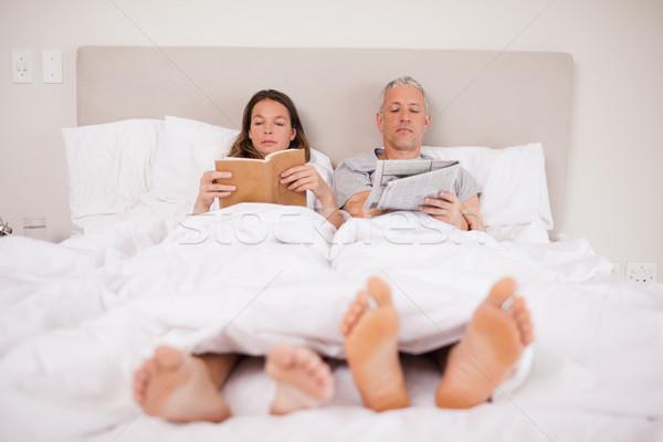 человека чтение Новости жена книга спальня Сток-фото © wavebreak_media