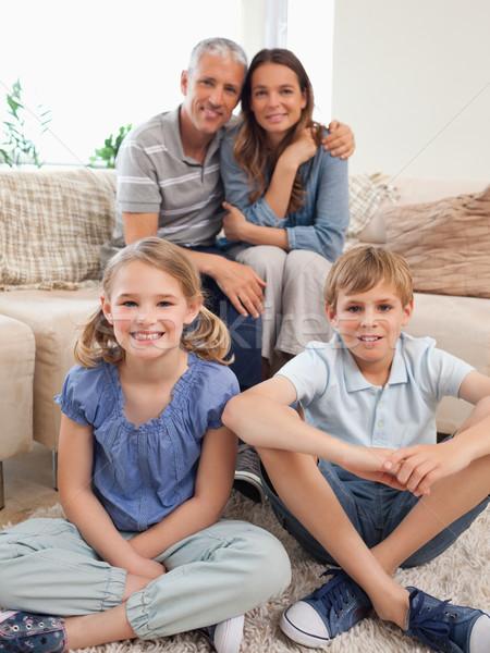 портрет счастливая семья позируют гостиной лице любви Сток-фото © wavebreak_media