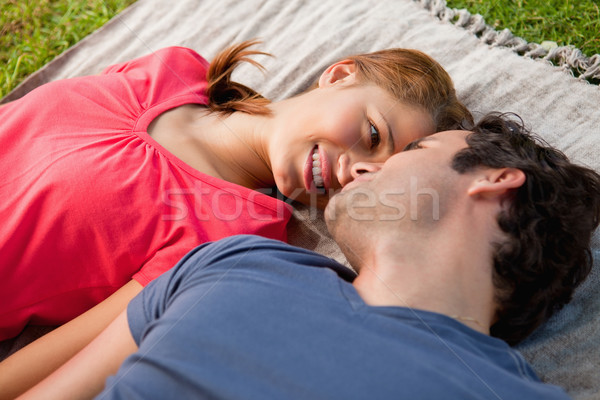 Sorrindo olhando amigos olhos cinza colcha Foto stock © wavebreak_media