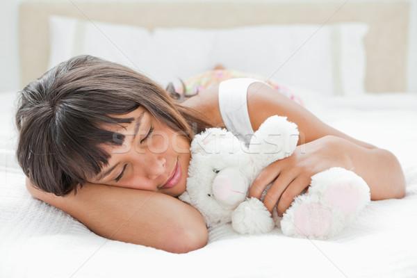 Cute jonge vrouw slapen teddybeer bed witte Stockfoto © wavebreak_media