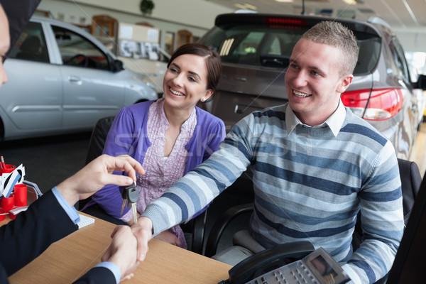 Mutlu çift el sıkışmak satıcı araba anahtarları toplantı Stok fotoğraf © wavebreak_media