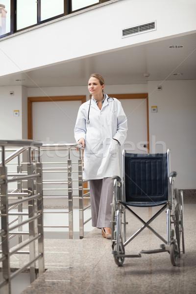 Médico pie silla de ruedas hospital pasillo Foto stock © wavebreak_media