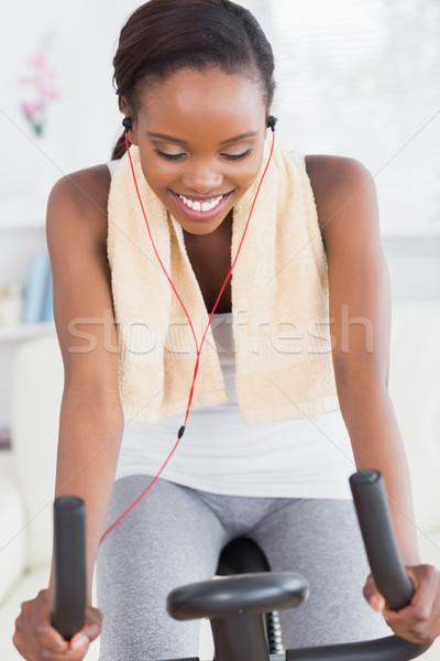 Femme noire vélo écouter musique souriant salon Photo stock © wavebreak_media