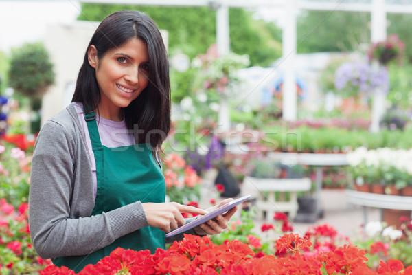 Gülen işçi kontrol kırmızı çiçekler bahçe Stok fotoğraf © wavebreak_media