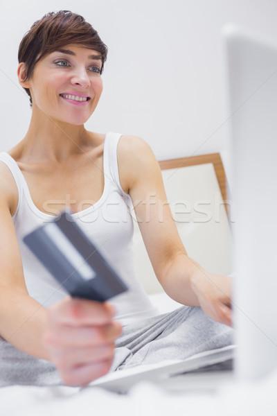 женщину торговых онлайн номер в отеле кровать компьютер Сток-фото © wavebreak_media