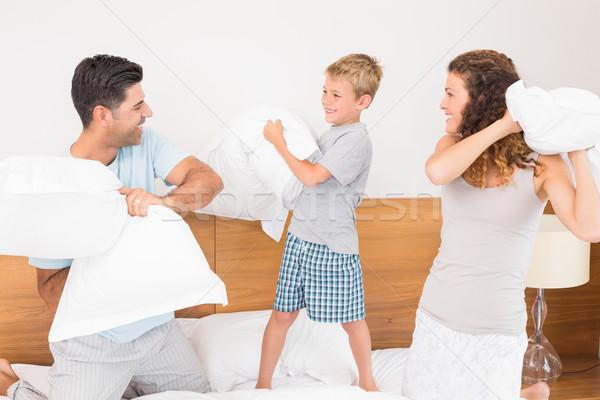 Gelukkig jonge familie kussengevecht home slaapkamer Stockfoto © wavebreak_media