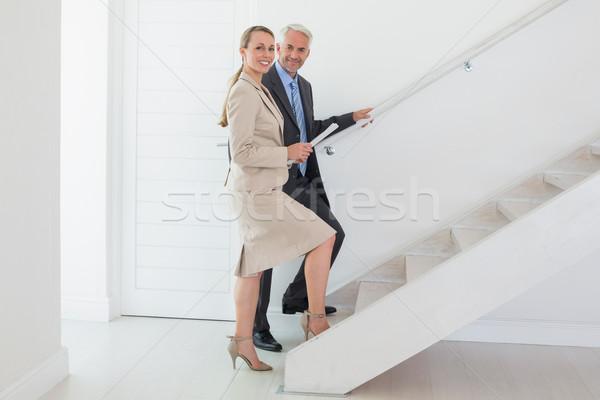 Souriant agent immobilier escaliers potentiel acheteur Photo stock © wavebreak_media
