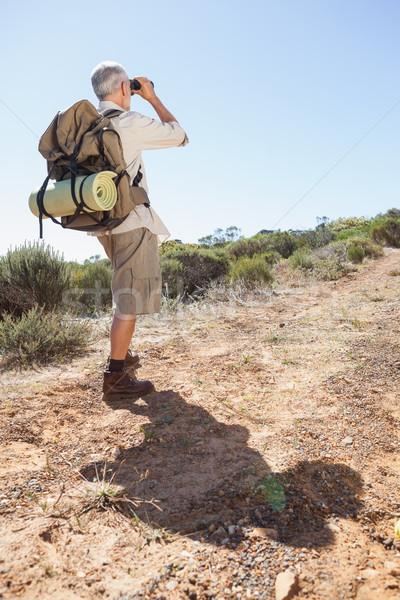 Escursionista guardando binocolo paese percorso Foto d'archivio © wavebreak_media
