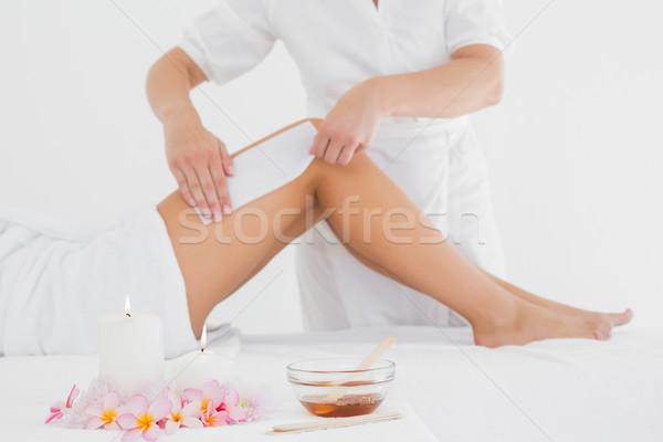 Terapeuta depilação com cera em estância termal centro Foto stock © wavebreak_media