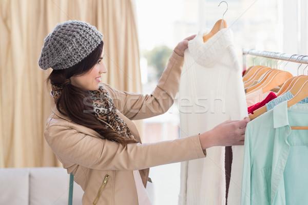 Mooie winkelen brunette naar jurk kleding Stockfoto © wavebreak_media