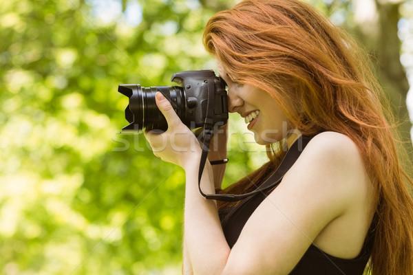 Gyönyörű női fotós park oldalnézet boldog Stock fotó © wavebreak_media