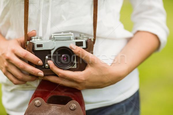Középső rész nő tart régi fényképezőgép park divat Stock fotó © wavebreak_media