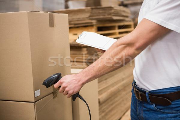 Munkás szkenner raktár közelkép középső rész doboz Stock fotó © wavebreak_media