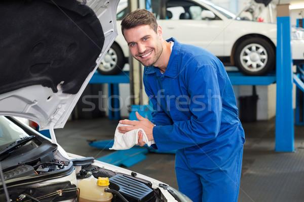 Monteur onderzoeken auto garage handen Stockfoto © wavebreak_media