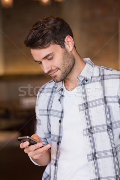 Fiatalember küldés szöveg kávézó boldog mosolyog Stock fotó © wavebreak_media