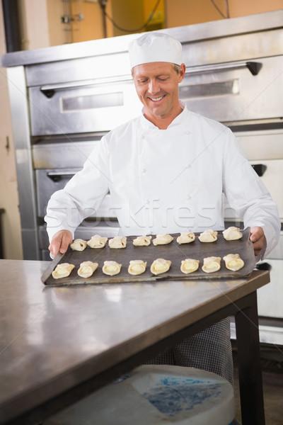 Sonriendo Baker bandeja crudo cocina Foto stock © wavebreak_media