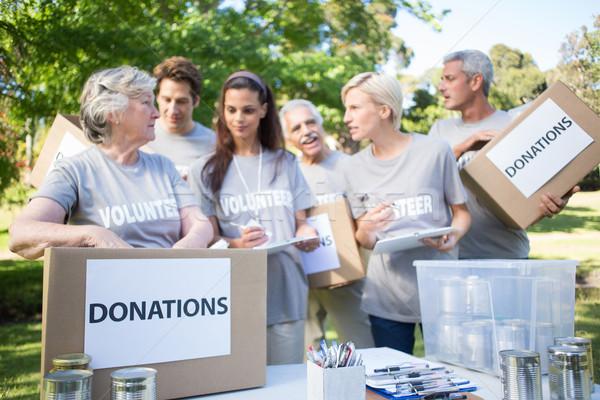 Heureux volontaire famille contribution cases Photo stock © wavebreak_media