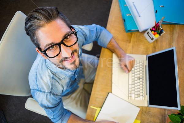 ストックフォト: カジュアル · ビジネスマン · メモを取る · 帳 · 笑みを浮かべて · カメラ