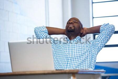 üzletember ül karok a magasban asztal iroda számítógép Stock fotó © wavebreak_media