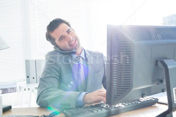 üzletember telefonbeszélgetés számítógéphasználat iroda számítógép telefon Stock fotó © wavebreak_media