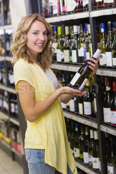 Portret glimlachend mooie blonde vrouw wijnfles handen Stockfoto © wavebreak_media