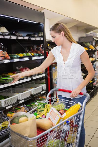 улыбающаяся женщина овощей проход супермаркета женщину Сток-фото © wavebreak_media