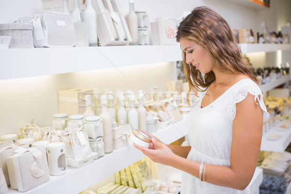 Lächelnde Frau Feuchtigkeitscreme Schönheitssalon Warenkorb weiblichen Stock foto © wavebreak_media