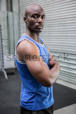 Giovani bodybuilder shirt guardando fotocamera cross Foto d'archivio © wavebreak_media