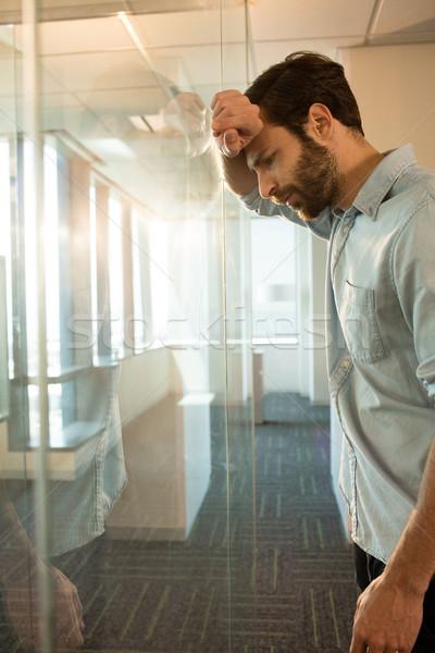 Vista lateral deprimido empresario vidrio oficina Foto stock © wavebreak_media