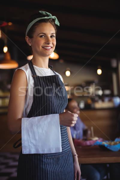 Cameriera tovagliolo piedi ristorante ritratto bella Foto d'archivio © wavebreak_media