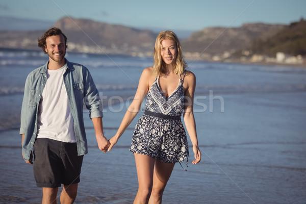 Portret gelukkig paar holding handen wal lopen Stockfoto © wavebreak_media