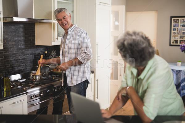 Senior donna guardando sorridere marito cucina Foto d'archivio © wavebreak_media