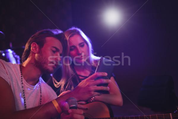 Müzisyenler cep telefonu gece kulübü erkek kadın Stok fotoğraf © wavebreak_media