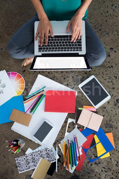Stock fotó: Női · igazgató · laptopot · használ · iroda · telefon · ceruza