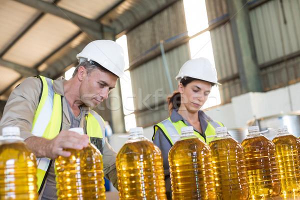 Werknemers records olie flessen fabriek man Stockfoto © wavebreak_media