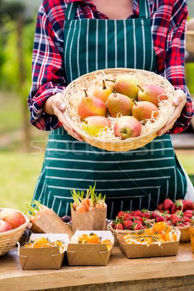 Mujer cesta peras venta granja Foto stock © wavebreak_media